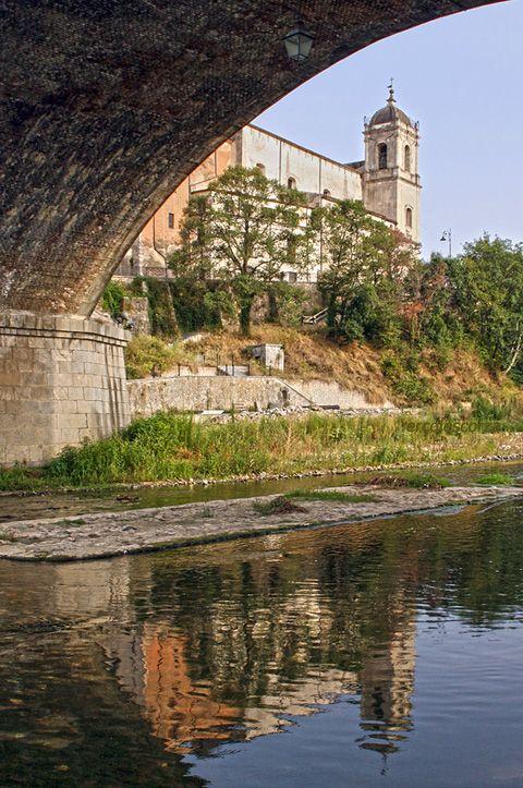 la chiesa riflessa nel fiume Crati