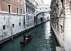Il ponte dei sospiri - Venezia - Italia Il ponte dei Sospiri è costruito in pietra d'Istria, in stile barocco, e fu realizzato agli inizi del XVII secolo su progetto dell'architetto Antonio Contin figlio di Bernardino Contin per ordine del doge Marino Grimani, il cui stemma vi è scolpito.