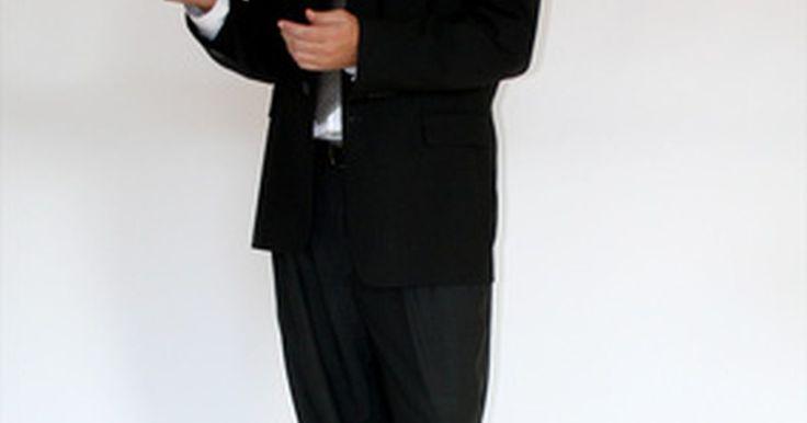 ¿Cuáles son los deberes y responsabilidades de un presidente?. El presidente de una empresa u organización es el jefe de un consejo o comité que ha sido elegido por los miembros de ese consejo o comité. El deber fundamental del presidente es mantener la junta organizada, informada y en sus tareas, aunque con frecuencia, supone un cierto grado de trabajo de relaciones públicas, además de actuar como asesor del ...