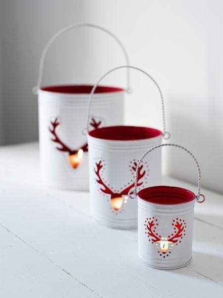 Des boîtes de conserve et de la peinture pour réaliser de jolis photophores en rouge et blanc façon nordique. C'est l'idée déco du samedi !   D