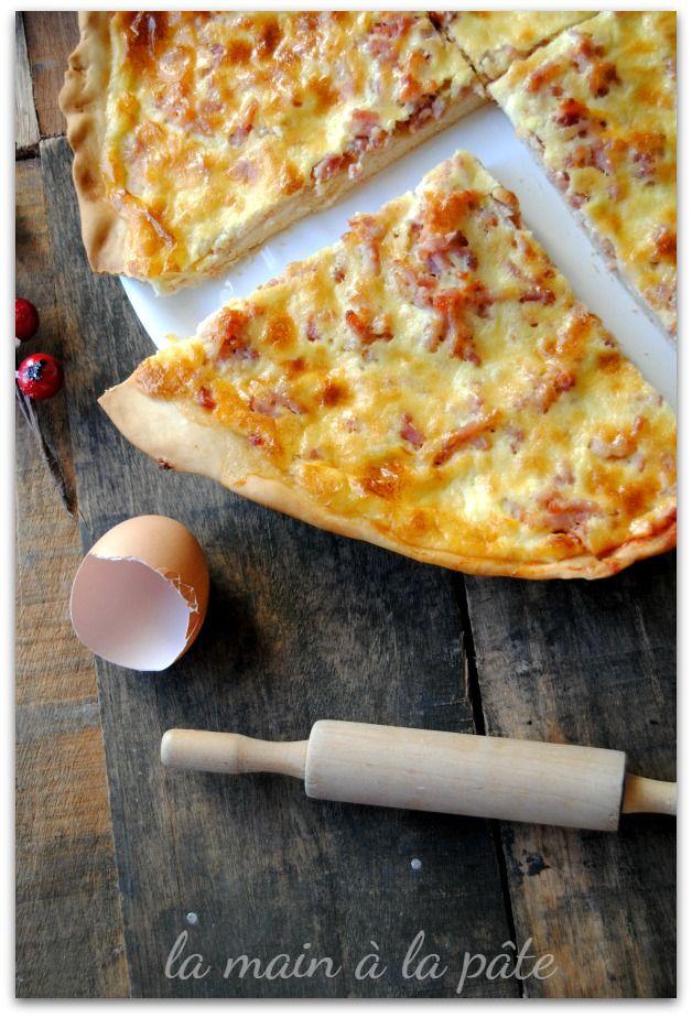 Pizza avec des lardons, de la crème fraîche, du parmesan et jaunes d'oeufs