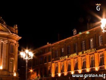 Face au Théâtre du Capitole, façade du Grand Hôtel de l'Opéra de nuit - Toulouse  www.gralon.net