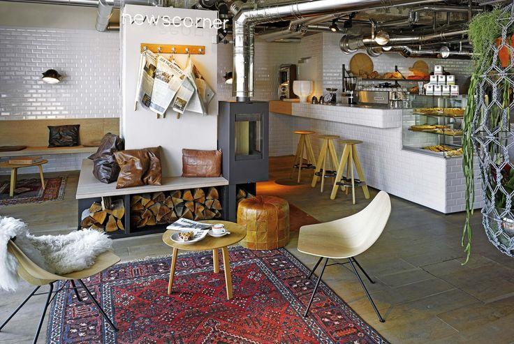 Diseño de hoteles y restaurantes: en el 25 Hours Berlín, el rincón del desayuno tiene un horno a leña, panadería que despacha delicias y diarios colgados con varas de madera, para disfrutar en hamacas o en la terraza.