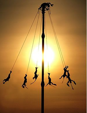 Los voladores de Papantla - Veracruz, Mexico...A very dangerous tradition and ritual that continues to this day.