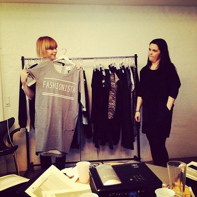 Sabine og Janne viser den skønne Ditte Sweat dress. Sabine er selv iført Dante tunic.