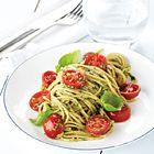 Spaghetti met kerstomaatjes en zelfgemaakte pesto - recept - okoko recepten