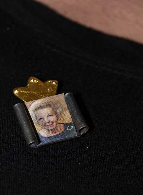 Broche met gouden kroon en wissellijst van Anneke Bruin.