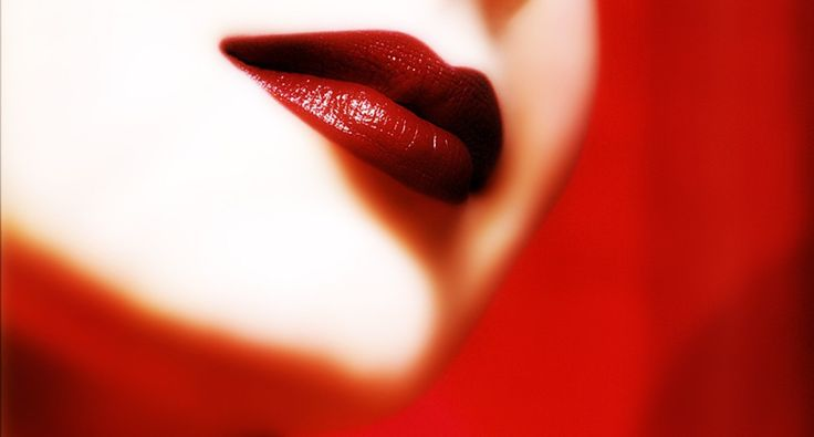 Wil jij ook schitteren tijdens de eindejaarsfeesten? Met deze tip zullen je lippen er fantastisch uitzien. Ogen of lippen. Kies je voor opvallende ogen, neem dan een zachtere kleur van lipstick. He…