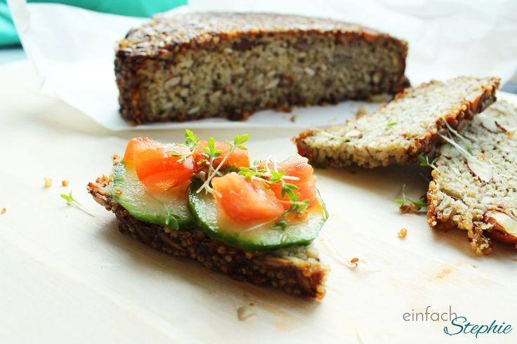 Brot ohne Mehl: Mein Müsli-Brot zum Basenfasten. Eine Scheibe Brot ohne Mehl mit Belag