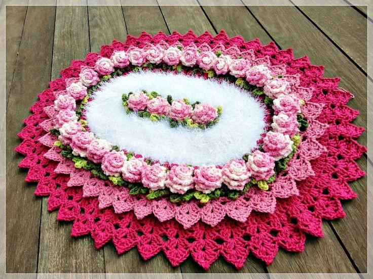 Maravilhoso tapete em crochê medindo 65x53cm com bico duplo, e flores em formato rococó que deixam a peça com um ar clássico. Confeccionado com barbante de qualidade, com detalhe em barbante Decore dando aquele efeito peludinho fantástico, esse tapete vai deixar sua casa deslumbrante. Entre em contato para opção de cores.