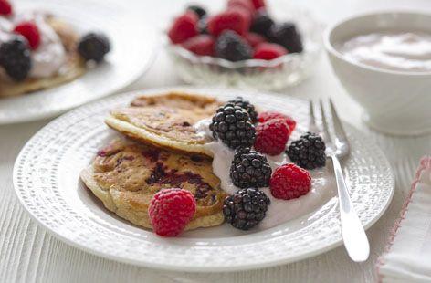 Blackberry pancakes with raspberry cream