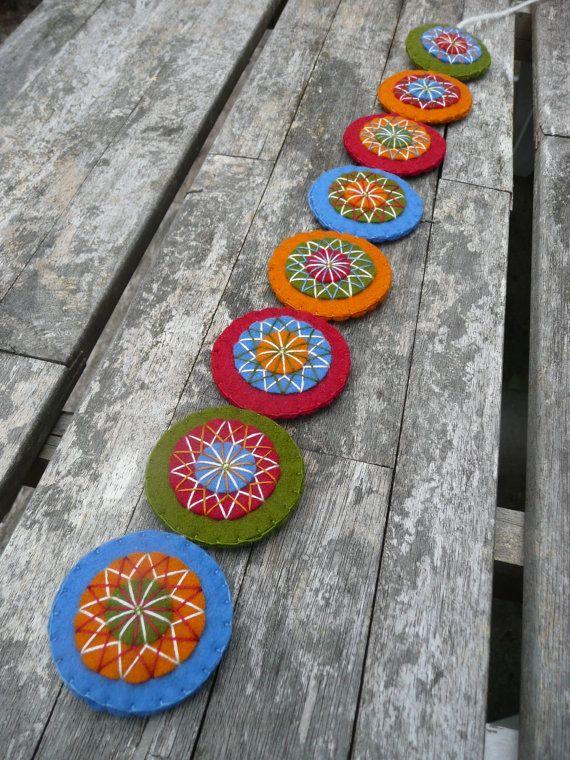 Für diese Wand aufhängen habe ich die traditionellen Farben der skandinavischen Holzhäuser, die ich sah in diesem Sommer in Norwegen und kombinierte sie mit einer passenden Grünton natürliche. Es sieht sehr schön hängend an einer Tür, einer Wand oder (die Seite) einen Schrank.  Die Wand aufhängen wird von Hand geschnitten und bestickt auf der einen Seite. Jedes der kreisförmigen Ornamenten ist besteht aus vier Schichten aus weichem Wollfilz und fein dekoriert mit mehreren passenden Farben…