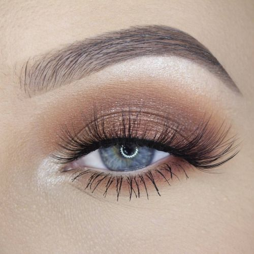 Luminous eye makeup.