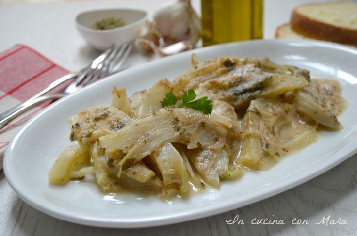 I finocchi arraganati sono un contorno vegetariano tipico della cucina povera pugliese conditi con olio, sale, aglio, prezzemolo, pangrattato e origano.