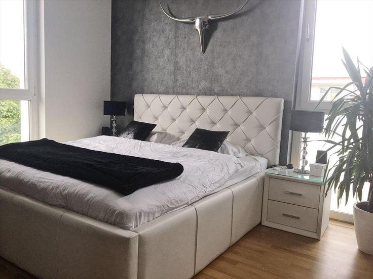 ein sehr luxuris eingerichtetes schlafzimmer mit boxspringbett die auffallende wanddeko verleiht dem raum den letzten - Schlafzimmer Luxus Modern