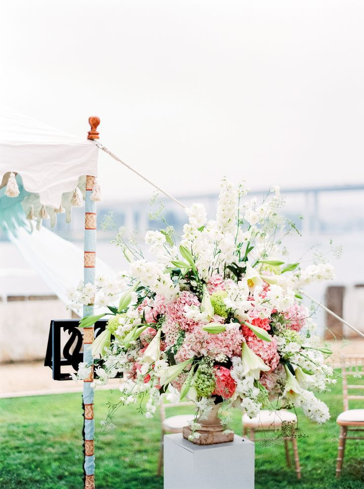 Outdoors wedding ceremony in Oporto. Floral arrangements by The Wedding Company - Portugal.  Photo by Branco Prata
