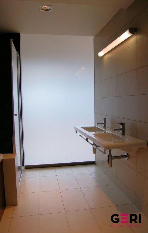 Fixná deliaca stena tvoriaca svetlík s prirodzeným prestupom denného svetla