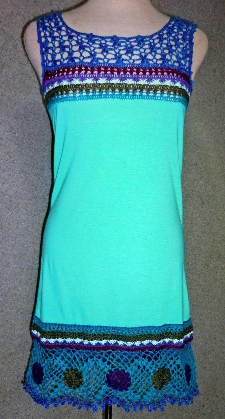Vestido elaborado con tela jersey verde agua y tejido a crochet en hilos de colores turquesa, lila, verde oliva y magenta, talla S