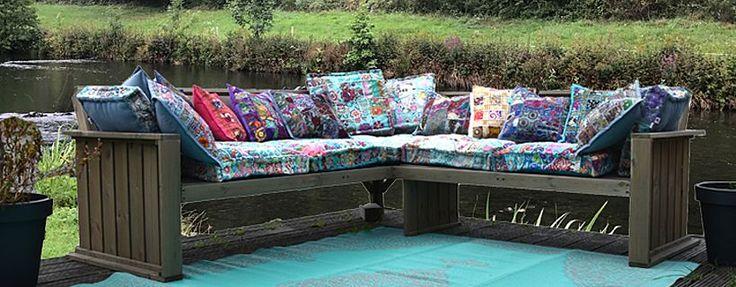 Matraskussens in alle kleuren voor op de tuinbank met kleurrijke sierkussentjes en grote kussens voor in de rug, perfect om op te loungen op een palletbank.