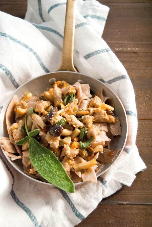 Tagliatelle con farina di castagne al ragù di salsiccia e funghi Il comfort-food dell'Autunno e l'accostamento tra dolce e salato.  La ricetta su http://noodloves.it/tagliatelle-di-castagne-ragu-salsiccia-e-funghi/  #Tagliatelle #FarinadiCastagne #PastaFattaInCasa #Ragù #Salsiccia #Funghi #Pollo #Autunno #SoloCoseBelle #Ricetta #ComfortFood #PranzodellaDomenica