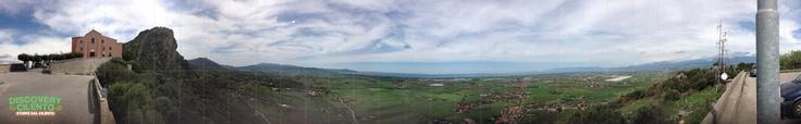 La piana del Sele, vista dal Santuario della Madonna del Granato, in una magnifica giornata chiara e dai colori intensi, con vista su Paestum, sulla costa di Agropoli, su Capri in lontananza e sulla costiera amalfitana! #paestum #cilento