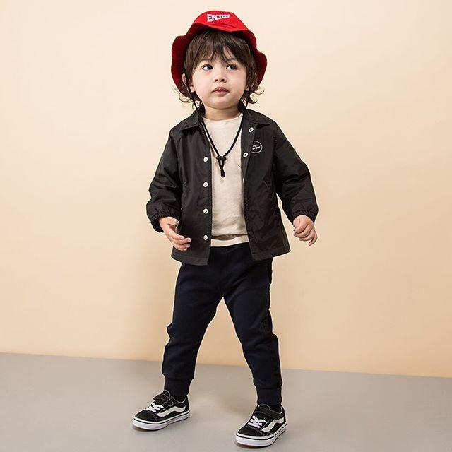 petitmain_official on Instagram pinned by myThings パパみたいに都会的なストリートスタイル❗️コーチジャケットはキッズにも着こなしやすかった😁 コーチジャケット ¥3456 サイズ80〜110. ワンポイント刺繍Tシャツ ¥2052 サイズ80〜110. ラインジョガーパンツ ¥3024 サイズ 80〜110. 日よけ付きナイロンハット ¥2808 サイズ 50・52. #petitmain #プティマイン #kidswear #kidsstyle #kidsfashion #kidsclothes #kidscoordinate #子ども服 #キッズファッション #デイリー #デイリーコーデ #デイリールック #ストリート #コーチジャケット #バックロゴ #ストリート系 #ストリートコーデ #ストリートファッション #ストリートスタイル #ハット #バケットハット #アウトドア #帽子 #キッズハット