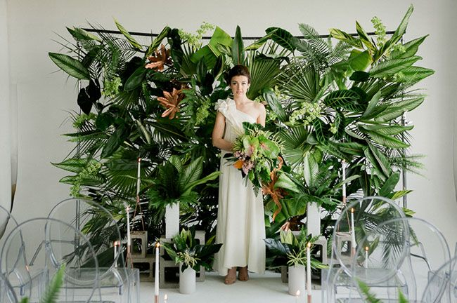 Inspired by the urban setting of Los Angeles and the tropical summer trends this season, today's wedding inspiration is perfect for the creative couple who dreams of a modern + fun tropical themed wedding in an urban city setting. With an emphasis on verdant foliage and unique industrial pieces + decor, photographer Jennifer Sosa + planner/designer, Caroline, of Pursue Love...