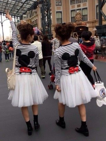 ミッキーTシャツ×白レーススカート ディズニーのお揃いかわいいファッション スタイル 参考コーデ♪