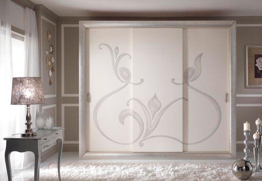Un armario por los vestidos. Tiene un grande diseño floral en las puertas.