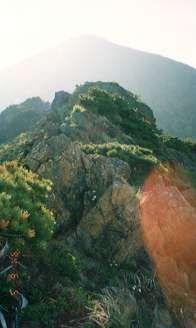 馬の背の岩場と北海道アポイ岳頂上。