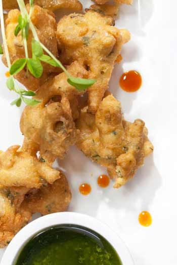 Onion Pakora with Mint Chutney - Indian http://gustotv.com/recipes/appetizer/onion-pakora/