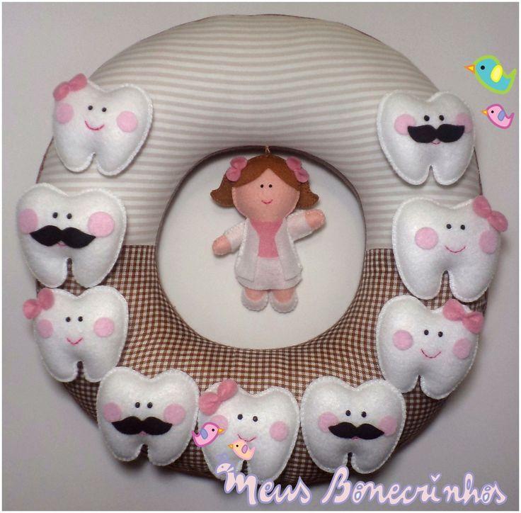 Para enfeitar o consultório!  30cm de diâmetro.  Tecido de algodão e feltro.  Dentinhos e Dentista costurados a mão.    Confira opção de Guirlanda com nome  http://www.elo7.com.br/guirlanda-dentista/dp/5D35F8