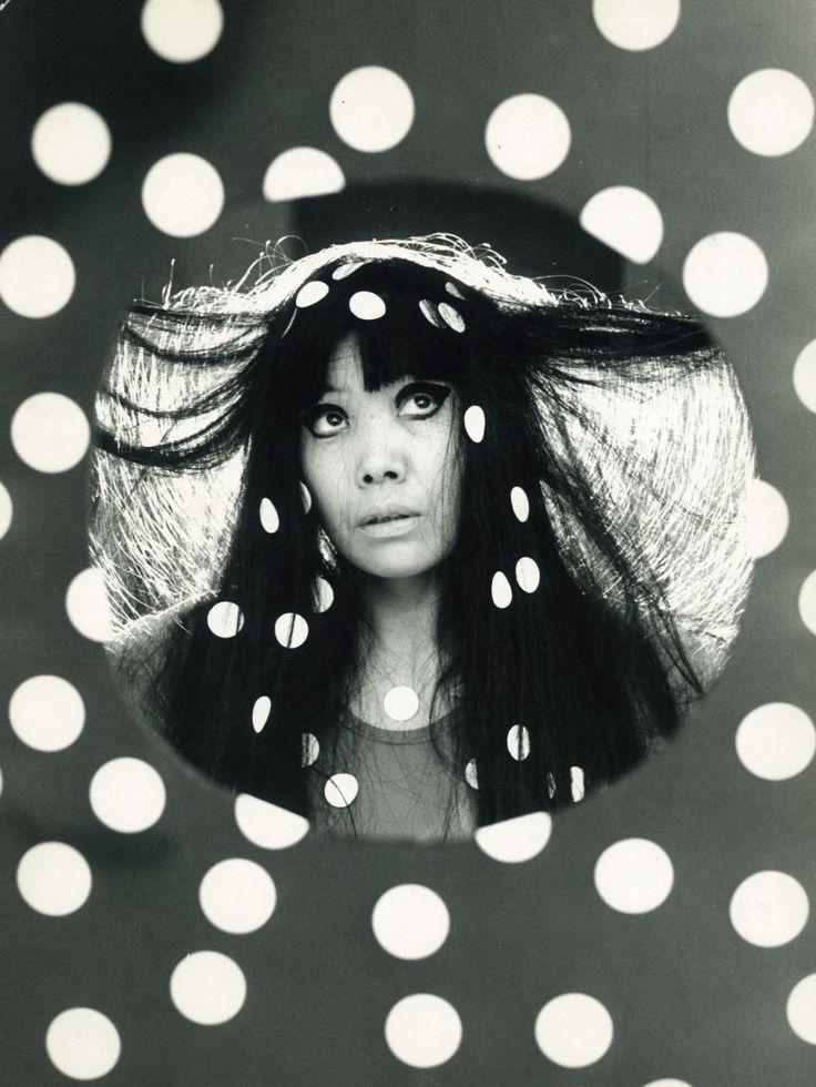 若き日の草間彌生さん。既に水玉まみれです!Yayoi Kusama: japanese artist.