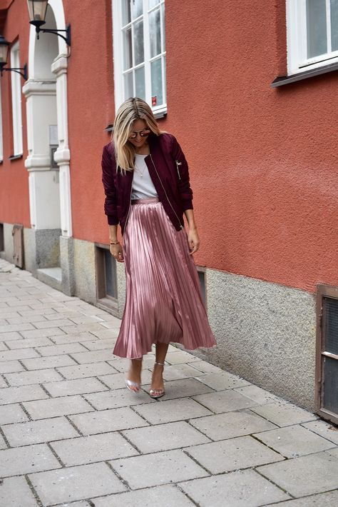Pink and red outfit. Red bomber, pink pleated midi skirt. Street style ss2017