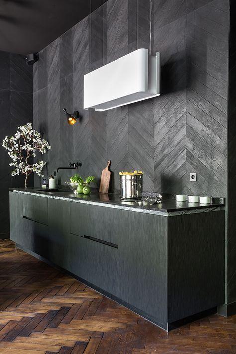 Une cuisine qui s\'appuie sur un contraste entre le noir et le blanc ...