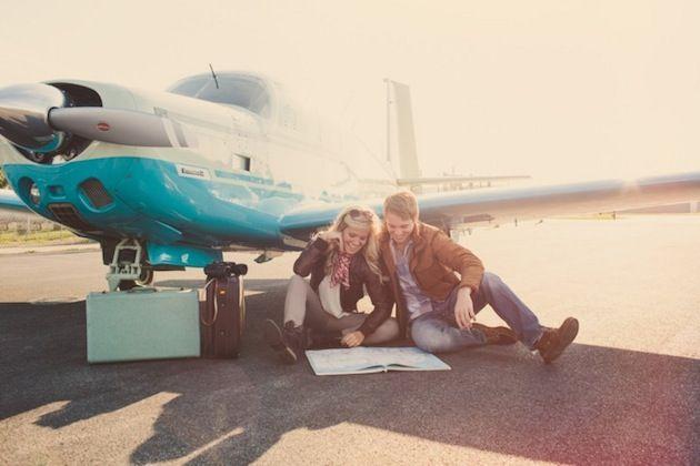 photo de couple avant un voyage en avion