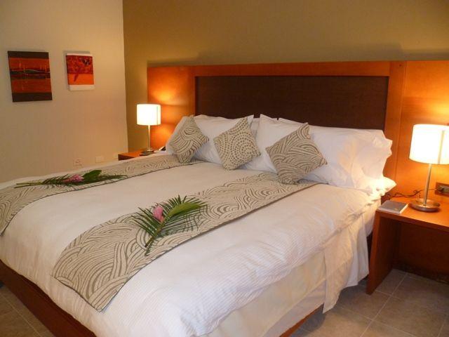 Habitaciones con elegante dise o vanguardista acomodadas for Ofertas de camas king size