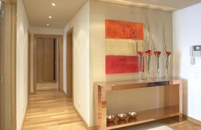 Hall de Entrada - aparador cromado, quadro colorido acima