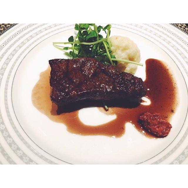 * ステーキうまいっ! おさまらない肉欲! 肉ー!!♡ * #ステーキハウス#ステーキ#夜#夜ご飯#夕食#肉#お肉#厚切りステーキ#お祝い#美味しい#幸せ#肉欲#パンも美味しい#おかわり#ポタージュも野菜もうま#food#happy#instafood#yummy