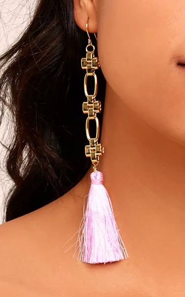 Looking for some new earrings? Look no further! The Vanessa Mooney Daisy Pink Silk Tassel Earrings add an extra element to your outfit no matter what your outfit happens to be. The pink colored tassels with the 24k gold chains makes these wonderful for any occasion. This is the real deal! Get the Vanessa Mooney Daisy Pink …