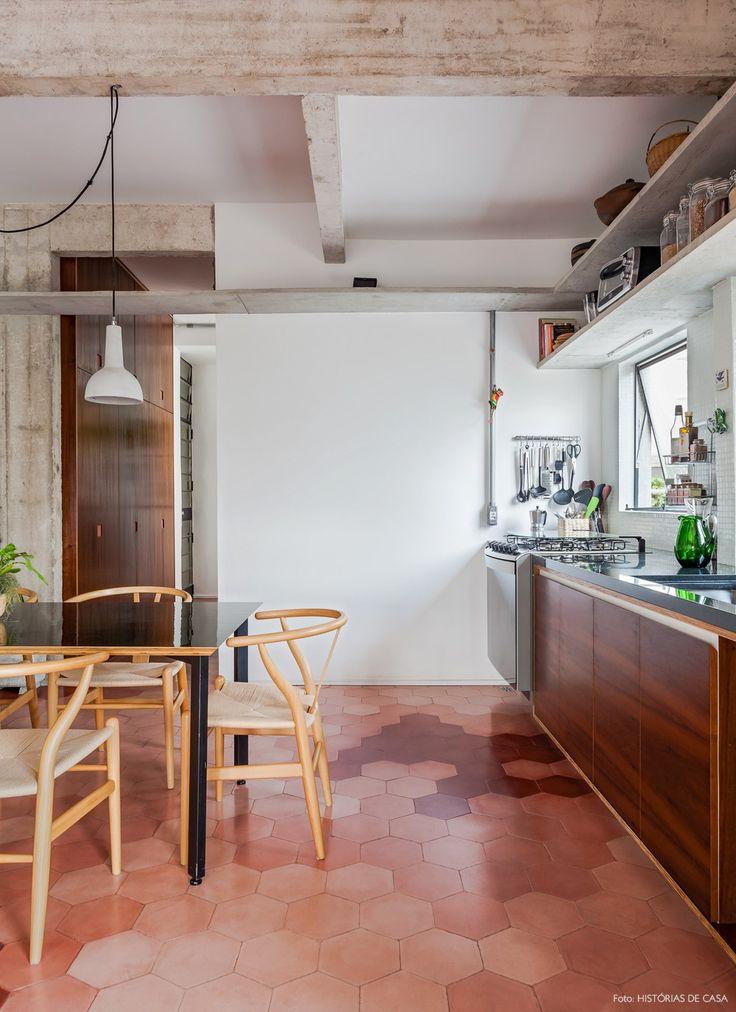 Vigas, colunas e prateleiras de concreto na cozinha charmosa desse apê em SP. Destaque especial para o piso de ladrilho hidráulico em tons de rosa.