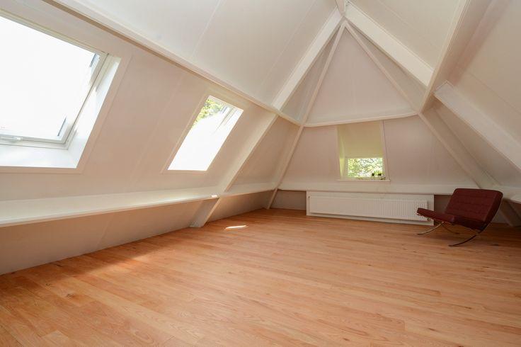 Foto gemaakt vanaf de deurkant. De inbouwkast willen we dan rechts tegen de muur.  Daar zitten geen ramen. Het bed komt aan het einde van de kamer tegen de verwarming onder het kleine raampje.