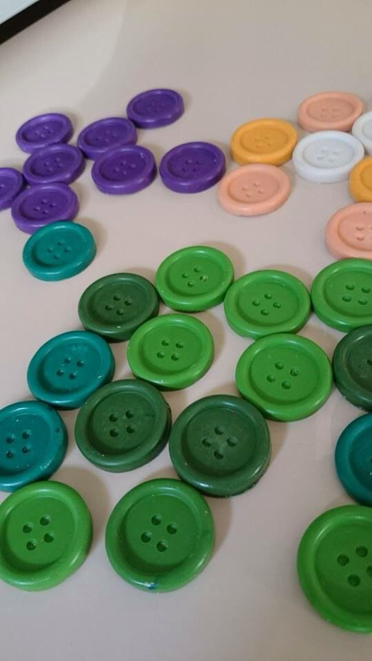 Button waxcrayons for gifts to Lalaloopsy party #waxcrayons #handmadecrayons #buttons #buttonscrayons #kidsstuff #almanogr