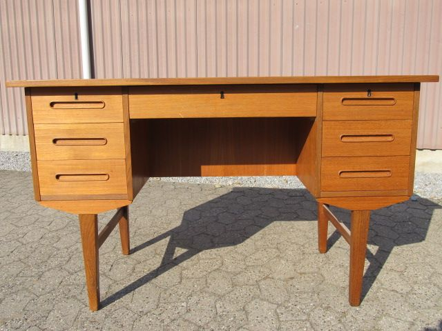 Skrivebord i teaktræ. Se det til salg på www.retrosiden.dk
