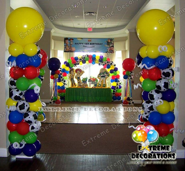 Toy story party decorations balloon columns cake table for Balloon cake decoration