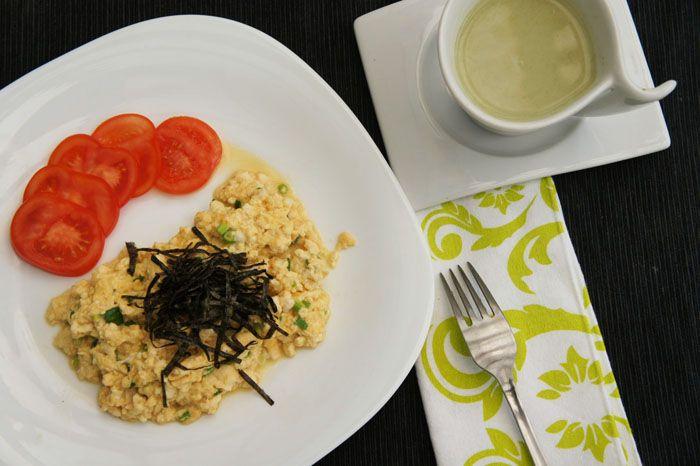 Desayuno estilo japonés- Latte de té verde y Huevos revueltos con tofu
