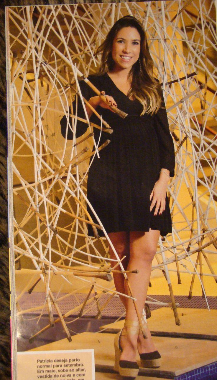 Matéria com Patricia Abravanel com produção e direção de cena feitas por Carlos Henrique Duarte (CHD Produções) no Hotel Sofitel Guarujá Jequitimar. Capa da revista CARAS Brasil. Fotos de Caio Guimarães. Escultura de Patrícia Sada.