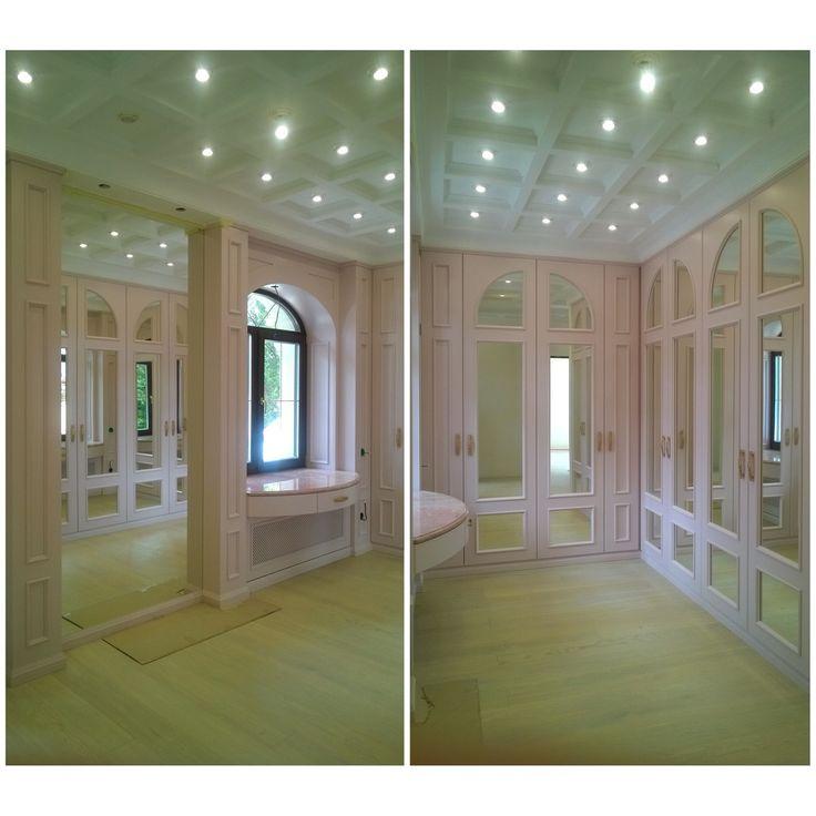 Розовая гардеробная для хозяйки дома #Альметьевск. Много зеркал, много света, туалетный столик перед окном - здесь будет удобно и комфортно!#anticastyle #антикастайл #style #design #interior #дизайнинтерьера #дизайнгардеробной #интерьергардеробной