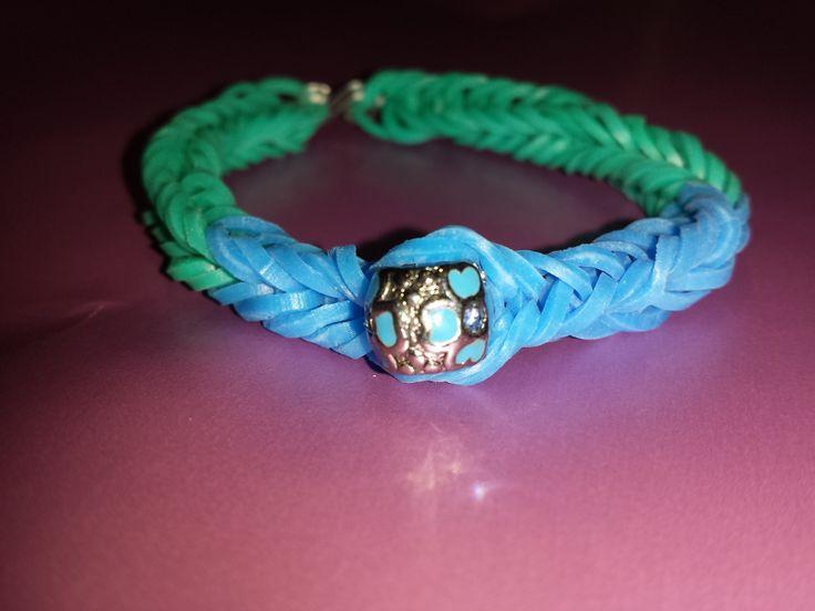 Pulsera de Gomitas color azul cielo y azul turquesa con detalle de cuenta estilo pandora...Mi preferida!!