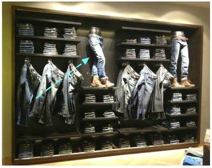 Cuatro trucos sencillos de visual merchandising para una pared denim de una tienda de ropa.